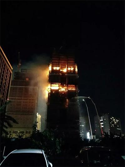 台湾一24层在建大楼起火