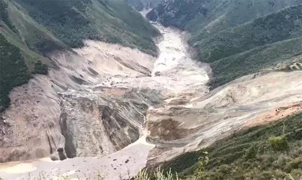 西藏自治区江达县波罗乡境内发生山体滑坡,造成金沙江断流并形成堰塞湖