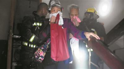 消防员疏散居民